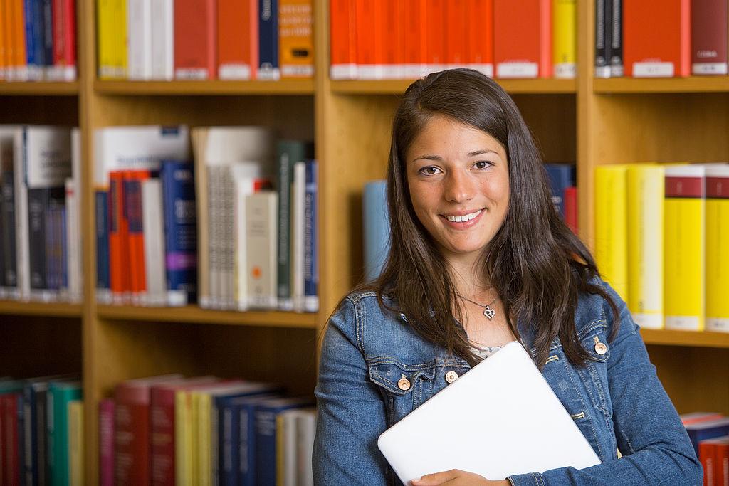 Studentin in der Bibliothek - Startbild FB Steuern