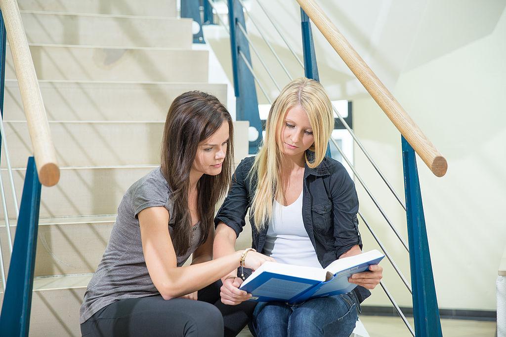 Studentinnen im Haus 3 - Startbild FB KSAV